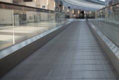 Эскалатор дорожки плоский в авиапорте Стоковое Фото
