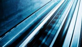 Эскалатор Moving лестницы как современная предпосылка Стоковые Изображения RF