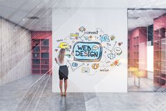 Эскиз веб-дизайна женщины рисуя в офисе стоковая фотография rf