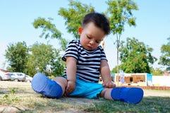 эскиз мальчика сидя Стоковые Изображения RF