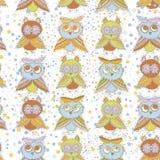 Эскиз птиц сычей и owlets шаржа характеров безшовной картины милый doodle бежевый оранжевый красный цвет голубого зеленого цвета  бесплатная иллюстрация