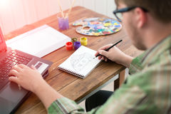 Эскиз чертежа художника на бумаге на солнечном патио Стоковое Изображение RF