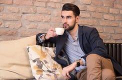Эспрессо выпивая чашки кафе-бара молодого человека Стоковое Фото