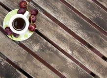 Эспрессо: итальянский кофе с некоторыми виноградинами стоковая фотография