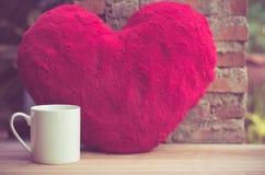 Эспрессо кофе на деревянной предпосылке в саде, теплом тоне природы таблицы стоковое фото