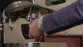 Эспрессо машины кофе лить в конце-вверх чашки весьма видеоматериал