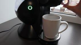Эспрессо машины кофе лить в конце-вверх чашки весьма акции видеоматериалы
