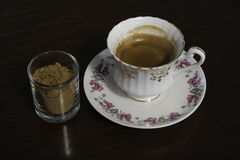 Эспрессо снятое с желтым сахарным песком Стоковое Изображение