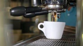 Эспрессо чашки профессиональной кофеварки близкого взгляда стеклянн акции видеоматериалы