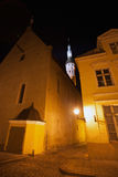 эстония старый tallinn Темная улица на ноче Стоковое Фото