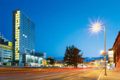эстония tallinn Взгляд ночи современного здания небоскреба архитектуры офиса в вечере Стоковые Фото