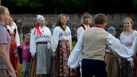 Эстонские народные танцы дня середины лета сток-видео