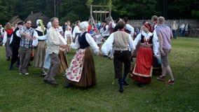 Эстонские народные танцы Торжество дня середины лета в Эстонии акции видеоматериалы
