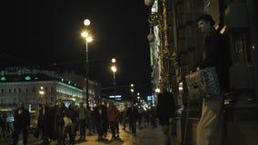 Эстрадный артист улицы толпился тротуар пешеходов города ночи, дорожное движение видеоматериал