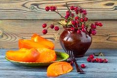 Этапы зрелых оранжевых хурмы и ягоды боярышника Стоковая Фотография