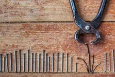 Этапы ремонта дома - вытянуть вне старые ногти Стоковое Изображение