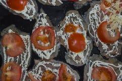 Этапы томата положенные на филе цыпленка Стоковые Фотографии RF