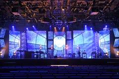 Этап концерта с светами и музыкальными инструментами стоковое фото rf