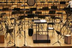Этап концертного зала со стойками и стульями стоковое изображение