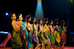 Этап ночи танцоров строки женский тайский традиционный Стоковое Изображение RF