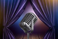 Этап с открытыми занавесами и микрофоном Стоковые Изображения RF