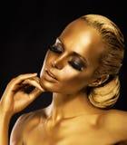 Этап. Театр. Роскошная женщина в ее мечтах. Золотой цвет. Ювелирные изделия стоковое фото