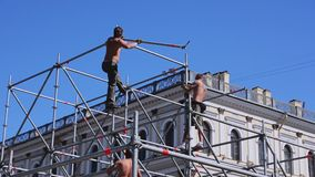 Этап улицы строения работников для события лета Строительство Balks утюга солнечно сток-видео