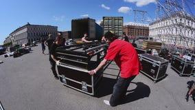 Этап улицы строения работников для события лета Moving лестницы конструкции, который нужно перевезти на грузовиках акции видеоматериалы