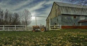 Эта сельско-хозяйственная техника около амбара Лошади на задней части их ручек съели Фото принятое в течение дня около моего дома стоковое изображение