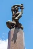Эта статуя возвышается над квадратом стоковые фотографии rf