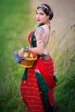 Этническая женщина с яблоками на траве стоковая фотография