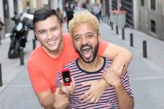 Этнические пары гея получая включенный стоковые фотографии rf
