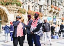 3 этнических люд чёрного африканца в группе и традиционных животиках платья Стоковое фото RF
