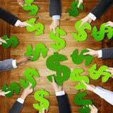 Этничность человеческих рук вокруг знака валюты Стоковые Изображения RF