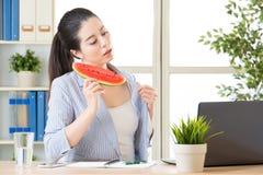 Этому лету весьма горяче, вы нужно съесть арбуз Стоковое Изображение