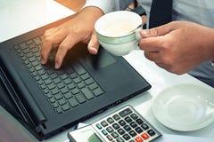 Этот бизнесмен карьеры с компьтер-книжкой компьютера с калькулятором, cu Стоковая Фотография