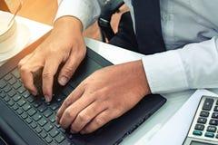 Этот бизнесмен карьеры с компьтер-книжкой компьютера с калькулятором, cu Стоковые Изображения RF