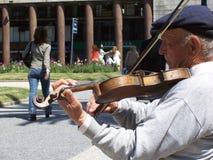 Этот скрипач всегда играет его скрипку стоковые фотографии rf