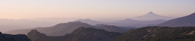 Клобук Маунта в осмотренном расстоянии от Butte Орегона парка Стоковая Фотография RF
