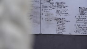 Это видео о белой доске с учебным планом в спортзале на стене бесплатная иллюстрация