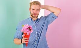 Это для вас цветки букета владениями парня счастливые Человек готовый на романтичная дата приносит букету розовые цветки macho стоковое изображение