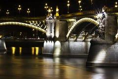 Это мост Margarit от ночи Будапешта в стороне реки стоковое изображение
