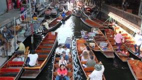 Это плавая рынок в Таиланде и принимает шлюпку после этого имеет большее путешествие на плавая рынке акции видеоматериалы