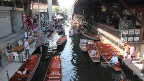 Это плавая рынок в Таиланде и принимает шлюпку после этого имеет большее путешествие на плавая рынке видеоматериал