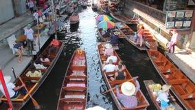 Это плавая рынок в Таиланде и принимает шлюпку после этого имеет большее путешествие на плавая рынке сток-видео