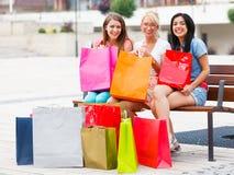 Это случается когда женщины идут ходить по магазинам совместно Стоковая Фотография RF