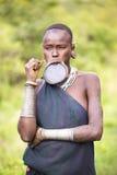 Эфиопия, 9/2015 -го ноябрь/, племя Surma: Женщина Surma с плитой губы стоковое изображение rf