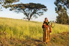 Эфиопская женщина с листьями банана Стоковая Фотография RF