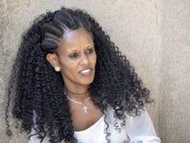 Эфиопская женщина с с художественной точки зрения созданным стилем причесок, 27-ое апреля 2019, Axum, Эфиопия стоковые изображения rf