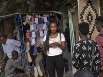 Эфиопская женщина с с художественной точки зрения созданным стилем причесок, 27-ое апреля 2019, Axum, Эфиопия стоковое фото